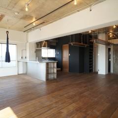 バルコニー側からお部屋を俯瞰。左手にキッチン、その後ろがパウダールームです。