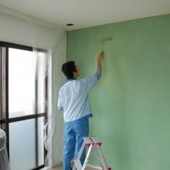 寝室の塗料を塗っている施主さま。楽しそうです。