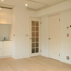リビングダイニング。ガラスの入った塗装仕上げのドアが特徴です。