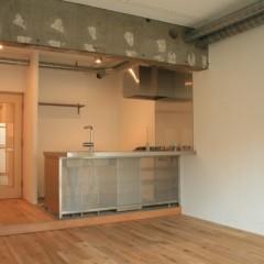 キッチンはステンレスのオーダーです。パンチングで目隠しすることで奥行き感を出しています。