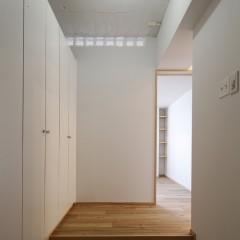 玄関。壁、天井、収納の扉を白で統一し、すっきりした印象に。