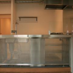カウンターは厚み50mm、幅1800mm、奥行き1000mmの十分な広さ。
