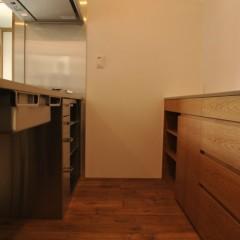 キッチンの後ろは2700mm幅のカウンターを。突板で仕上げたオーダー品です。