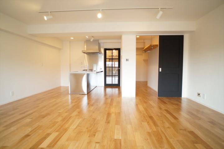 リビングダイニング。オープンキッチンとあわせて広い生活空間を確保。