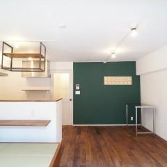 フローリングはウォルナット材。グリーンの壁とのマッチングも綺麗です。