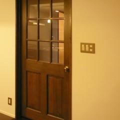 室内のドアは全てオイルステイン仕上げ。重厚な味わいが出ています。