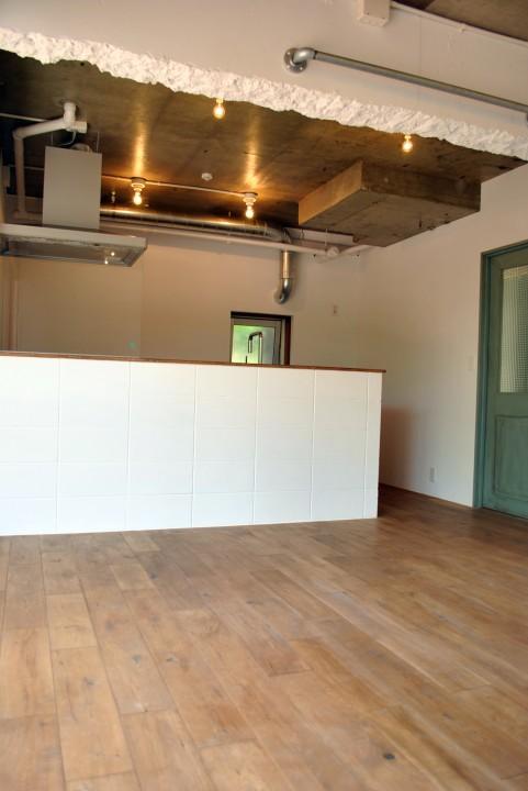 リビングから見たキッチン。天井の垂れ壁は敢えて残して白く塗装しました。