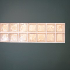 壁にはガラスブロックの窓を。壁の向こう側にある寝室の明り取りにもなっています。