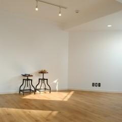 天井と壁は潔く白く。無垢フローリング調のフロアタイルと相まってシンプルな室内に。