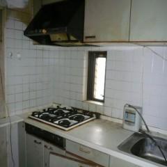 施工前。キッチンもかなり古びていました。