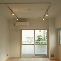 天井は白く塗装。壁も白のクロス。照明はスポットライト。どこまでもシンプルに。
