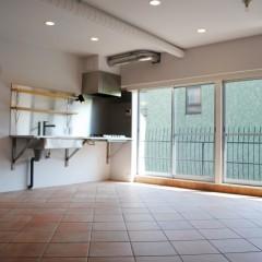 リビングの一角にしつらえたキッチン。シンプルを極めたキッチンです。
