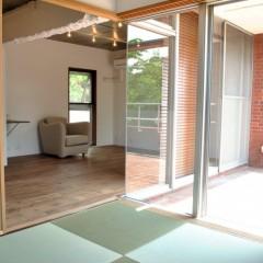 リビングに続く和室。畳は琉球畳に替えました。ルーフバルコニーから明るい日差しが入ります。