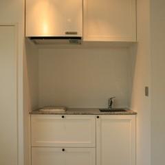 キッチンはコンパクトですが、収納も多く機能性は十分。