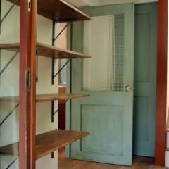 玄関のシューズクローク。棚板は床材と色目を合わせて塗装しました。