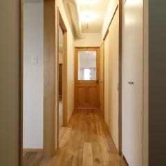 廊下からリビングの扉が見えます。ここからでも明るさがわかります。