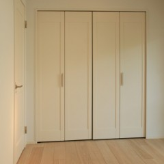 クローゼットの扉も白をセレクト。既成の建具ですが塗装に近い質感です。