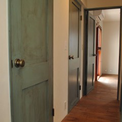 室内のドアはグリーンの自然塗料を塗ってから、ブラウンの塗料を刷り込みエイジング加工。