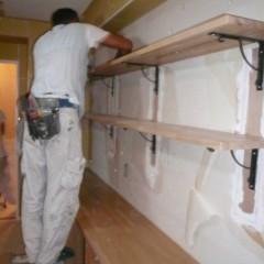 施工中。大工さんが棚を造作しているところです。