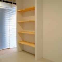 リビングと寝室の間仕切り壁には棚を造作しました。書籍やちょっとした小物を飾れます。