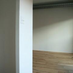 リビングとの間仕切り壁の高さは1800mm。大人の身長くらいの高さで目隠しに。