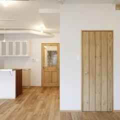 右側のドアから直接主寝室に出入りすることができます。