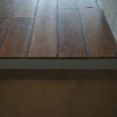 土間と居住空間の境い目は、床材を切り落としただけの作りに。ここもラフです。