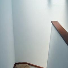 階段もフローリング貼りに。職人さんの技術で継ぎ目が綺麗に合わせてあります。