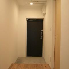 玄関前の廊下です。既存の幅900mmから1260mmに広げました。