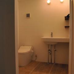 2階のサニタリー。床にはヴィンテージ風のタイルを。照明は船舶用。洗面台はジノリ製。