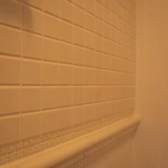 大き目の白いタイルもヴィンテージテイスト。