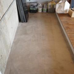 共用廊下側は全てモルタルの土間仕上げに。自転車などもここに置けますね。