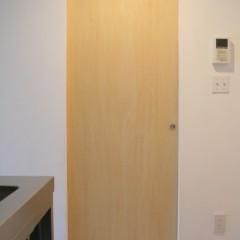 リビングのドア以外は全て天吊りのドアを採用。巾木もなく全体にすっきりと。