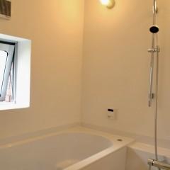 浴室はハーフユニットで、浴槽から上はモルタル仕上げです。パネルとは全く違う質感に。