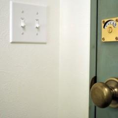 トイレの鍵もアンティーク風。実際にちゃんと使えます。ノブは真鍮製のものを採用。