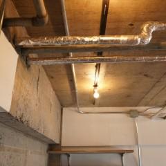 天井は躯体現し+クリア塗装。それでも暗くならないのは窓が多くて明るいお部屋だから。