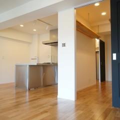 室内のドアは全て艶消しの黒に塗装。マットな質感がアクセントになっています。
