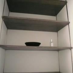 棚板もエイジング加工をして、お部屋の雰囲気に合わせています。