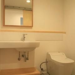 パウダールームも白+木目のシンプルな仕上げ。タイルは施主さまが施工。