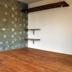 壁の一部は躯体にクリア塗装でラフな仕上げ。白く見えるのはボードを貼っていたボンドの跡です。