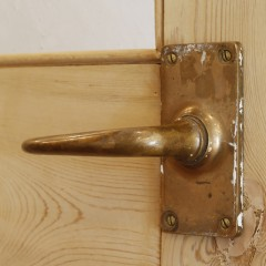 寝室ドアとはまた違った形のアンティークなドアノブ。施主さまのごたわりが垣間見えます。