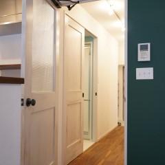 ドアの向こうは玄関へと続く廊下になっています。