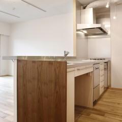 キッチン。天吊りの収納を廃して、開放感を重視しました。