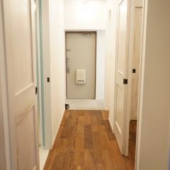 玄関までの廊下や壁、ドアなども同じ雰囲気で統一しています。