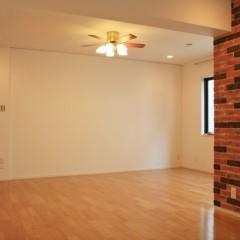 リビングのアクセントはタイルを貼った壁と、天井のシーリングファン。合っていますね。