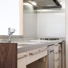 シンプルで使い勝手の良さそうなキッチン。食洗器も付いています。