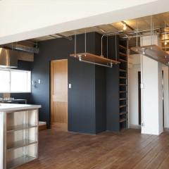 玄関を入って左手の一角に、キッチン、そしてパウダールームなどを配置しています。
