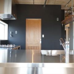 リビングから見たキッチン。天板は奥行きを取っているのでカウンターにもなります。