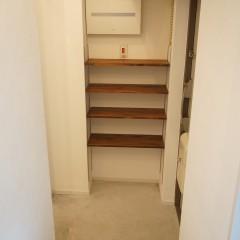玄関を入って右手にはシューズクロークを造作。棚板は床材と色を合わせました。