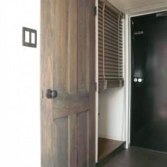 エイジング加工を施したドアと、アンティークのドアノブ。